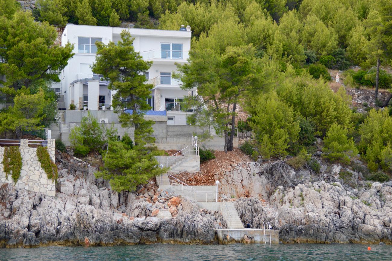 Villa moderne avec ponton et accès privé à la mer
