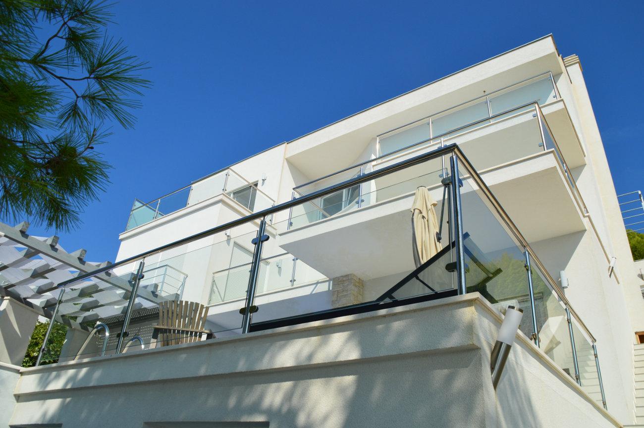 Villa moderne grandes terrasses extérieures