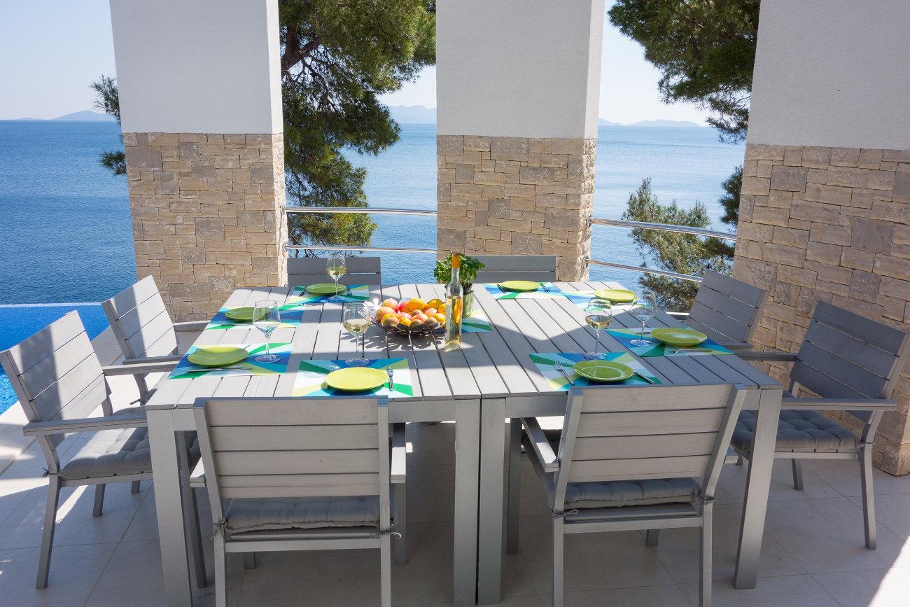 déjeuner en terrasse , vue mer