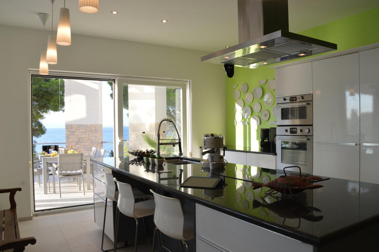 Grande cuisine, vue sur mer et terrasse à diner extérieure